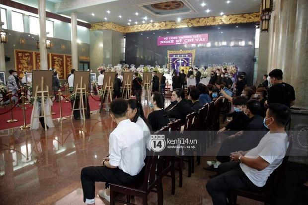 Ý nghĩa của 18 vòng hoa NS Hoài Linh tự tay chuẩn bị tiễn đưa NS Chí Tài bên trong tang lễ - Ảnh 4.
