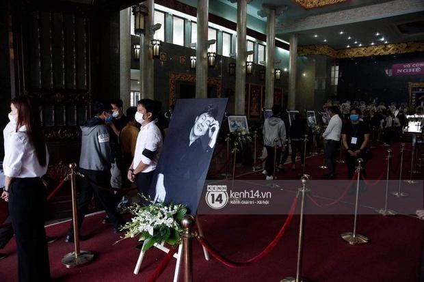 Ý nghĩa của 18 vòng hoa NS Hoài Linh tự tay chuẩn bị tiễn đưa NS Chí Tài bên trong tang lễ - Ảnh 5.