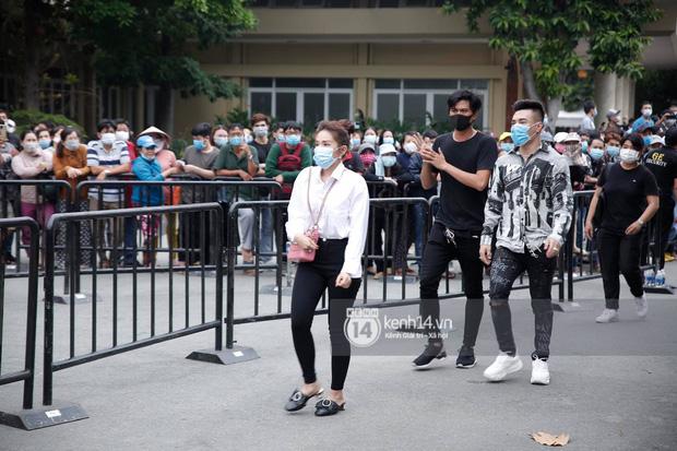 Dàn sao Việt đến tang lễ đưa tiễn NS Chí Tài: Ngọc Lan từ sân bay chạy về, Trấn Thành - Karik lặng lẽ đến vào phút cuối - Ảnh 11.