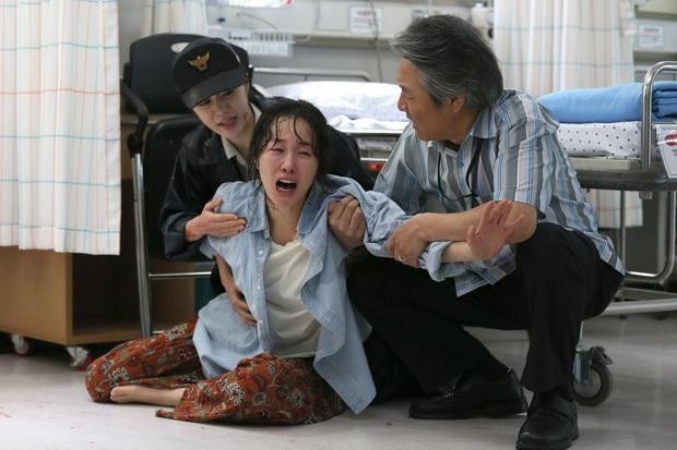 Trước tin nguyên mẫu tội phạm ấu dâm ở Hope được phóng thích, netizen Hàn lật lại cảnh phim gây ám ảnh - Ảnh 4.