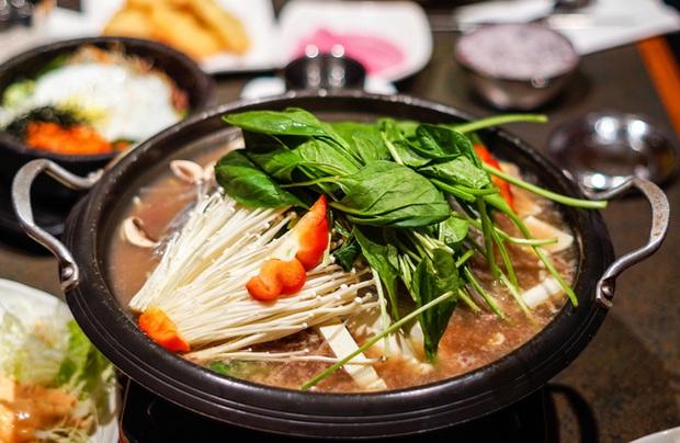 Ăn lẩu mùa lạnh nên tránh kết hợp với 5 loại rau này vì có thể hại tiêu hóa, gây ngộ độc, tổn thương cơ thể - Ảnh 2.