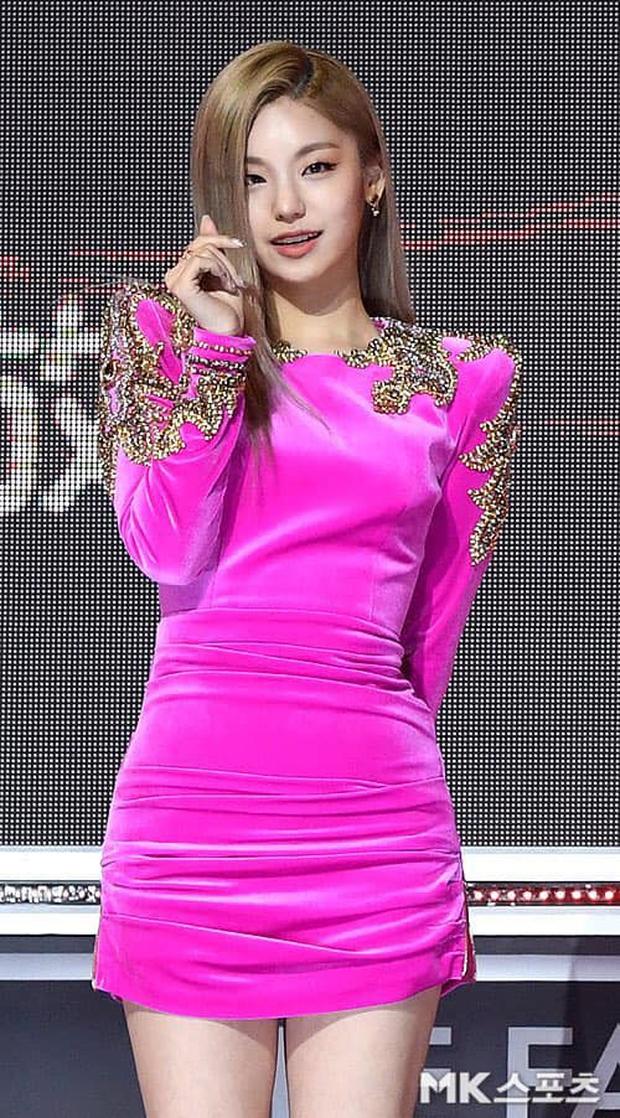 Mãi mới thấy JYP chịu đầu tư đồ mới cho ITZY dự lễ trao giải, nhưng lại là 1 màn cosplay BLACKPINK bản lỗi thế này? - Ảnh 5.