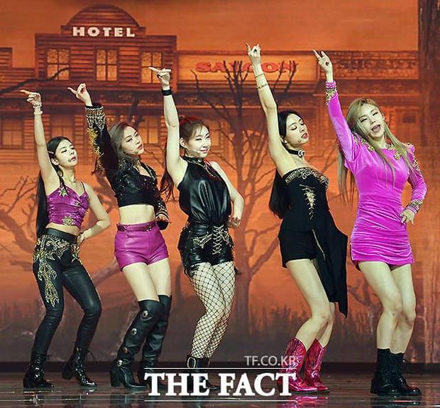 Mãi mới thấy JYP chịu đầu tư đồ mới cho ITZY dự lễ trao giải, nhưng lại là 1 màn cosplay BLACKPINK bản lỗi thế này? - Ảnh 6.