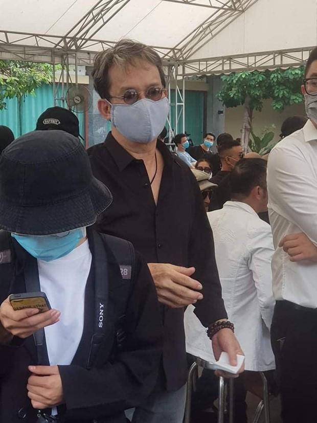Dàn sao Việt đến tang lễ đưa tiễn NS Chí Tài: Ngọc Lan từ sân bay chạy về, Trấn Thành - Karik lặng lẽ đến vào phút cuối - Ảnh 20.
