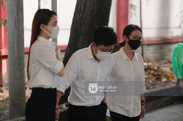 Vợ chồng Trường Giang - Nhã Phương khóc nấc từng cơn, tựa vào nhau vì đứng không vững tại tang lễ NS Chí Tài - Ảnh 5.