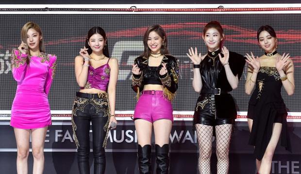 Mãi mới thấy JYP chịu đầu tư đồ mới cho ITZY dự lễ trao giải, nhưng lại là 1 màn cosplay BLACKPINK bản lỗi thế này? - Ảnh 9.