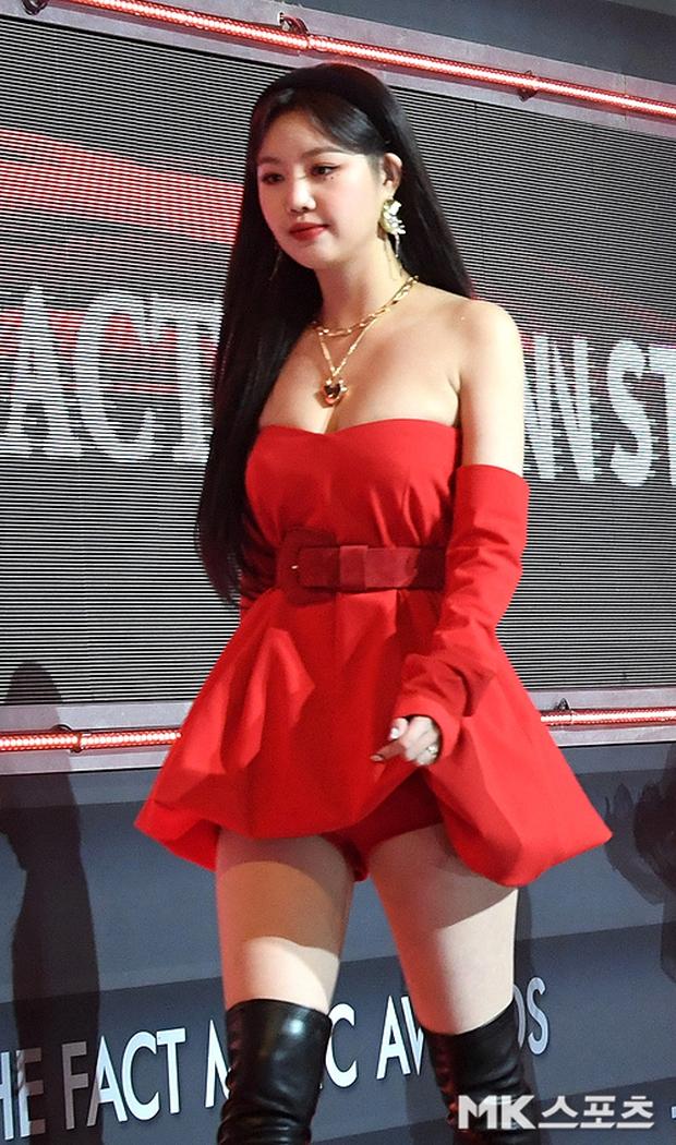 Thảm đỏ khủng The Fact: BTS gây sốc visual, Seohyun và Soojin khoe vòng 1 căng tràn, ITZY mặc gì thảm họa thế này? - Ảnh 13.