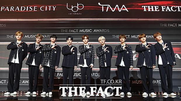 Thảm đỏ khủng The Fact: BTS gây sốc visual, Seohyun và Soojin khoe vòng 1 căng tràn, ITZY mặc gì thảm họa thế này? - Ảnh 29.
