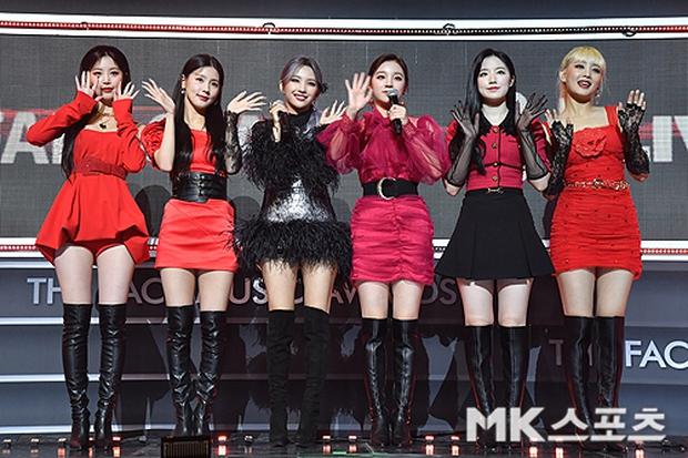 Thảm đỏ khủng The Fact: BTS gây sốc visual, Seohyun và Soojin khoe vòng 1 căng tràn, ITZY mặc gì thảm họa thế này? - Ảnh 12.