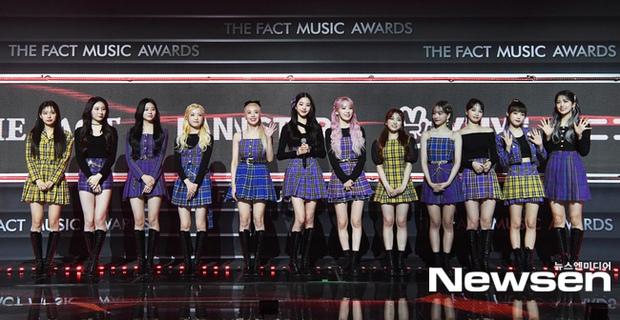 Thảm đỏ khủng The Fact: BTS gây sốc visual, Seohyun và Soojin khoe vòng 1 căng tràn, ITZY mặc gì thảm họa thế này? - Ảnh 16.