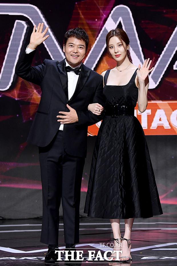 Thảm đỏ khủng The Fact: BTS gây sốc visual, Seohyun và Soojin khoe vòng 1 căng tràn, ITZY mặc gì thảm họa thế này? - Ảnh 9.