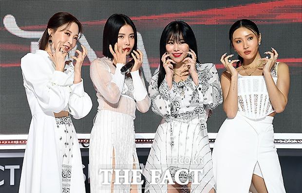Thảm đỏ khủng The Fact: BTS gây sốc visual, Seohyun và Soojin khoe vòng 1 căng tràn, ITZY mặc gì thảm họa thế này? - Ảnh 17.