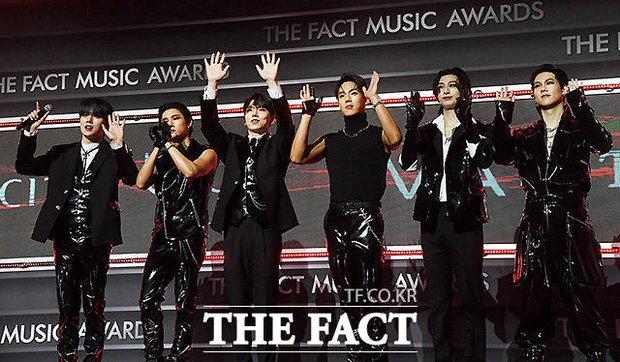 Thảm đỏ khủng The Fact: BTS gây sốc visual, Seohyun và Soojin khoe vòng 1 căng tràn, ITZY mặc gì thảm họa thế này? - Ảnh 27.
