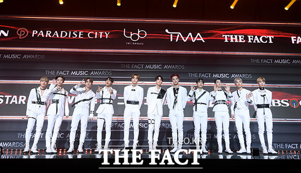 Thảm đỏ khủng The Fact: BTS gây sốc visual, Seohyun và Soojin khoe vòng 1 căng tràn, ITZY mặc gì thảm họa thế này? - Ảnh 26.