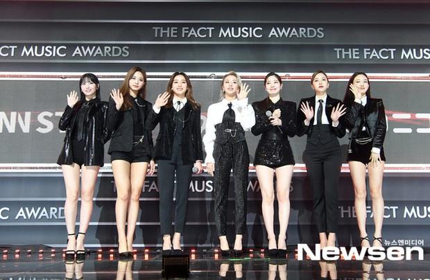 Thảm đỏ khủng The Fact: BTS gây sốc visual, Seohyun và Soojin khoe vòng 1 căng tràn, ITZY mặc gì thảm họa thế này? - Ảnh 15.