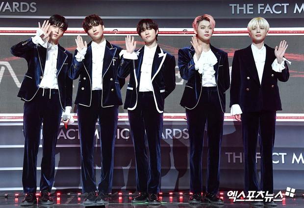 Thảm đỏ khủng The Fact: BTS gây sốc visual, Seohyun và Soojin khoe vòng 1 căng tràn, ITZY mặc gì thảm họa thế này? - Ảnh 28.