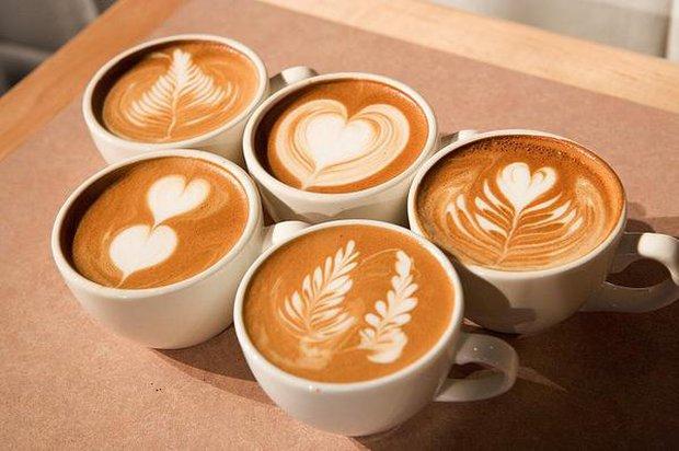 """Tạo hình trái tim trên cốc cafe nhưng không thành, anh chàng """"lỡ"""" làm ra hình thù khiến ai nhìn vào cũng tủm tỉm - Ảnh 1."""