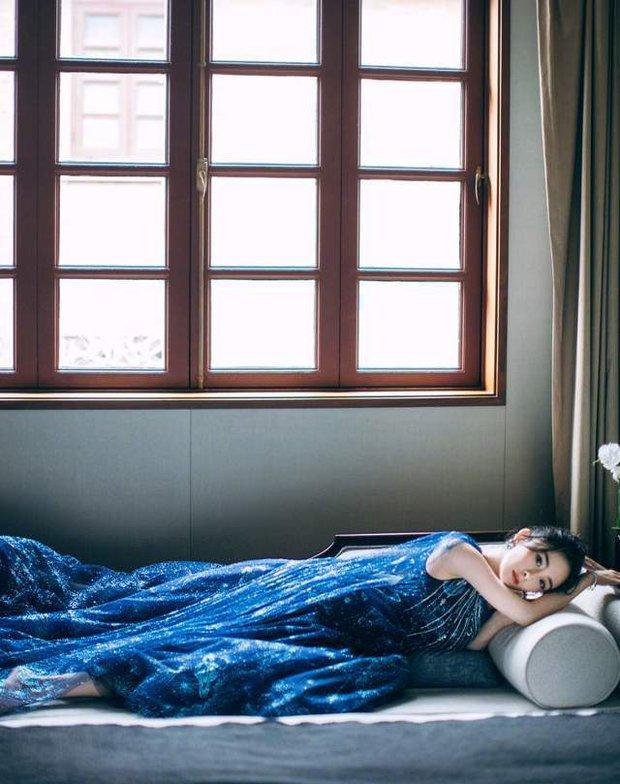 Biến căng: Dương Mịch bị stylist thân quen vượt mặt, cho mặc váy xấu trong khi đàn em diện đồ cao cấp - Ảnh 4.