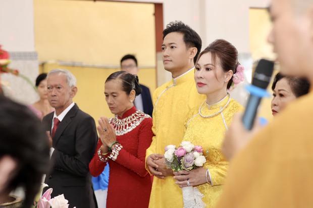 Quý Bình hé lộ hình ảnh trong lễ Hằng thuận, khoảnh khắc nam diễn viên chăm sóc bà xã doanh nhân chiếm spotlight - Ảnh 6.