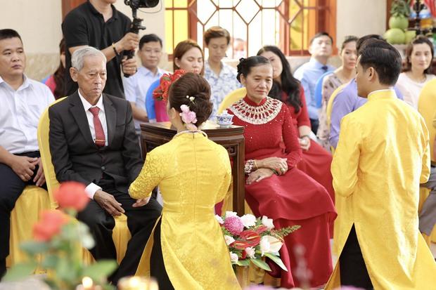 Quý Bình hé lộ hình ảnh trong lễ Hằng thuận, khoảnh khắc nam diễn viên chăm sóc bà xã doanh nhân chiếm spotlight - Ảnh 5.