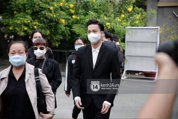 Toàn cảnh tang lễ cố NS Chí Tài: Cả showbiz đến nói lời tiễn biệt, trời đổ mưa trước giờ linh cữu chuyển ra sân bay về Mỹ - Ảnh 37.