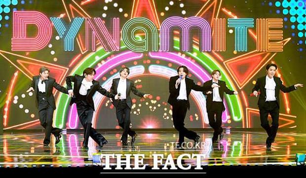 BTS gom hết Daesang của 1 lễ trao giải trong 3 năm liền, fan đề xuất: Đổi tên giải thành BTS luôn đi cho rồi! - Ảnh 1.