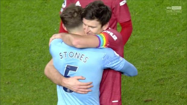 Huyền thoại MU tức giận và nóng mắt với màn ôm nhau thắm thiết sau trận derby Manchester - Ảnh 1.