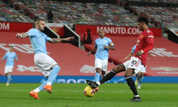 Huyền thoại MU tức giận và nóng mắt với màn ôm nhau thắm thiết sau trận derby Manchester - Ảnh 2.
