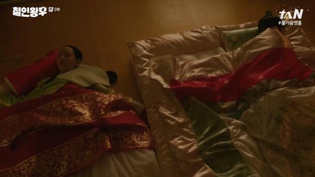 Shin Hye Sun ấm ức vì không có cậu nhỏ, vừa lấy chồng đã mò tới kỹ viện tìm gái xinh ở Mr. Queen tập 2 - Ảnh 2.