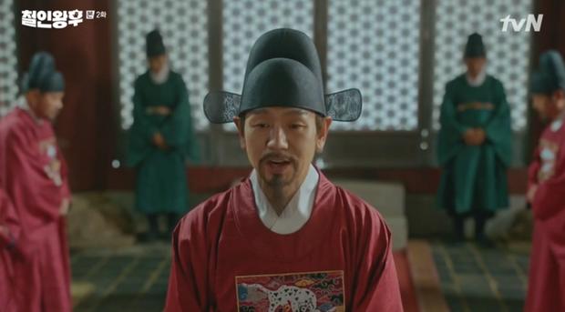 Shin Hye Sun ấm ức vì không có cậu nhỏ, vừa lấy chồng đã mò tới kỹ viện tìm gái xinh ở Mr. Queen tập 2 - Ảnh 7.