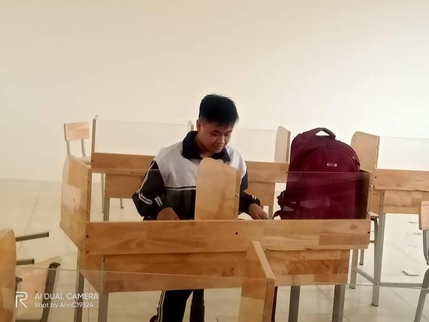 Học sinh hí hửng tưởng được mua bàn mới, ai ngờ thầy cô lại giấu chiêu khiến tụi học trò hết đường gian lận - Ảnh 1.