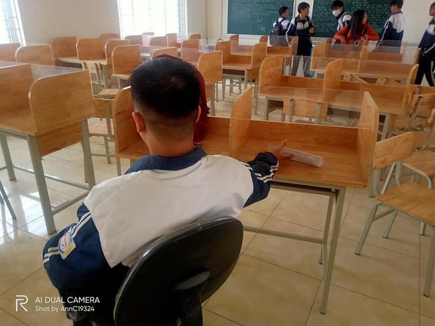 Học sinh hí hửng tưởng được mua bàn mới, ai ngờ thầy cô lại giấu chiêu khiến tụi học trò hết đường gian lận - Ảnh 3.