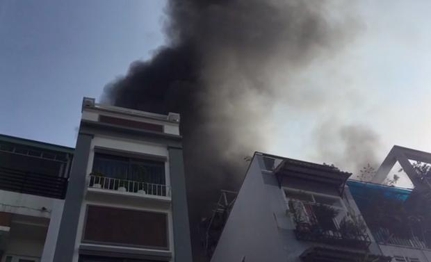 TP.HCM: Căn nhà 3 tầng ở trung tâm bốc cháy nghi ngút, nhiều người ôm tài sản tháo chạy - Ảnh 1.