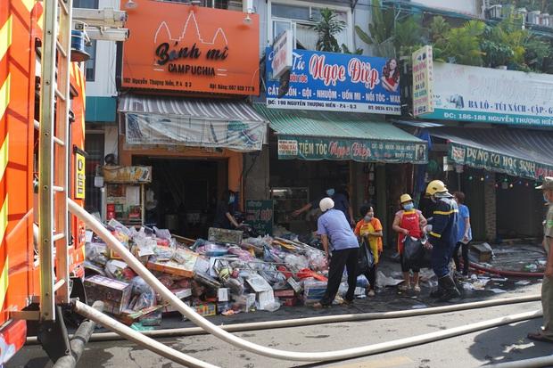 TP.HCM: Căn nhà 3 tầng ở trung tâm bốc cháy nghi ngút, nhiều người ôm tài sản tháo chạy - Ảnh 2.