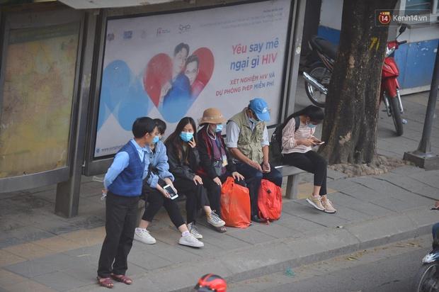 Chùm ảnh: Không khí lạnh rất mạnh tràn về, người dân Hà Nội co ro trong áo phao và những cái ôm - Ảnh 15.