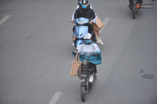 Chùm ảnh: Không khí lạnh rất mạnh tràn về, người dân Hà Nội co ro trong áo phao và những cái ôm - Ảnh 12.