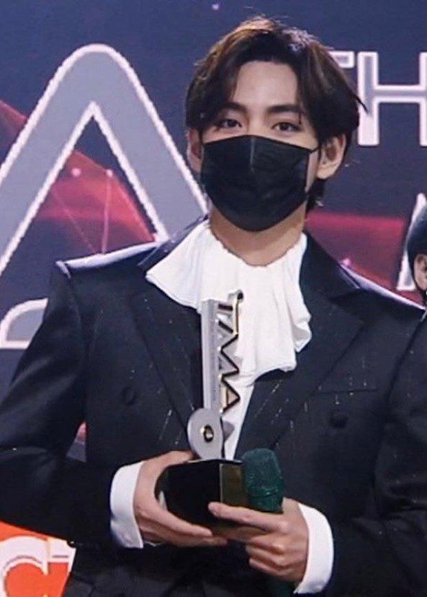 Knet ngỡ ngàng vì visual dàn nam thần Hàn khi đeo khẩu trang: Lee Dong Wook... đẹp trai hơn, 3 nam thần BTS gây sốt ở lễ trao giải - Ảnh 6.