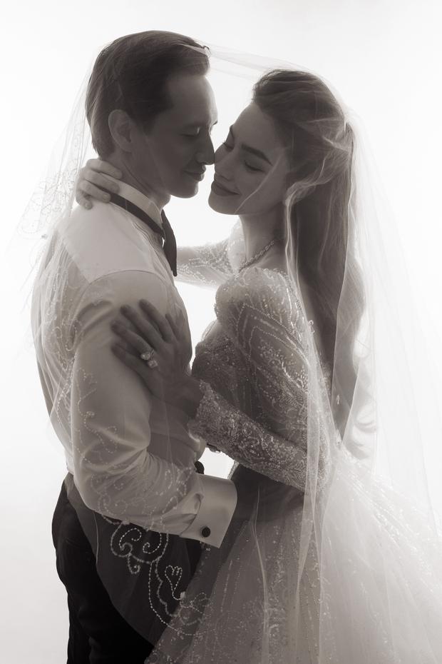 Cuối cùng Hà Hồ đã khoe loạt ảnh cưới nét căng bên Kim Lý: Cô dâu chú rể thế này hỏi sao dân tình mong chờ hôn lễ trong mơ! - Ảnh 4.