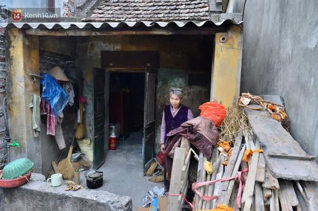 """Cụ bà gần 50 năm sống cô độc trong căn nhà xập xệ chưa đầy 10m2: """"Giờ mắt đau, tai cũng điếc, răng rụng, sống một mình mãi cũng quen rồi"""" - Ảnh 1."""