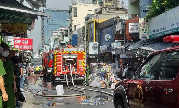TP.HCM: Căn nhà 3 tầng ở trung tâm bốc cháy nghi ngút, nhiều người ôm tài sản tháo chạy - Ảnh 3.