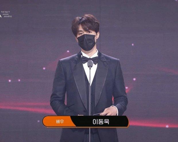 Knet ngỡ ngàng vì visual dàn nam thần Hàn khi đeo khẩu trang: Lee Dong Wook... đẹp trai hơn, 3 nam thần BTS gây sốt ở lễ trao giải - Ảnh 3.