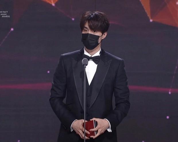 Knet ngỡ ngàng vì visual dàn nam thần Hàn khi đeo khẩu trang: Lee Dong Wook... đẹp trai hơn, 3 nam thần BTS gây sốt ở lễ trao giải - Ảnh 2.