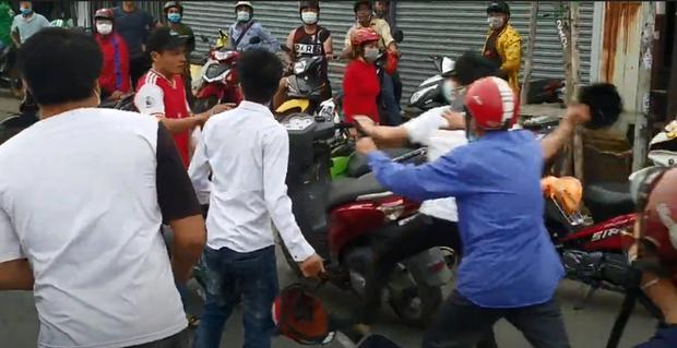 Rút gậy dọa đánh người ngăn cản sau va chạm giao thông, thanh niên bị dân vây đánh túi bụi ở Sài Gòn - Ảnh 2.