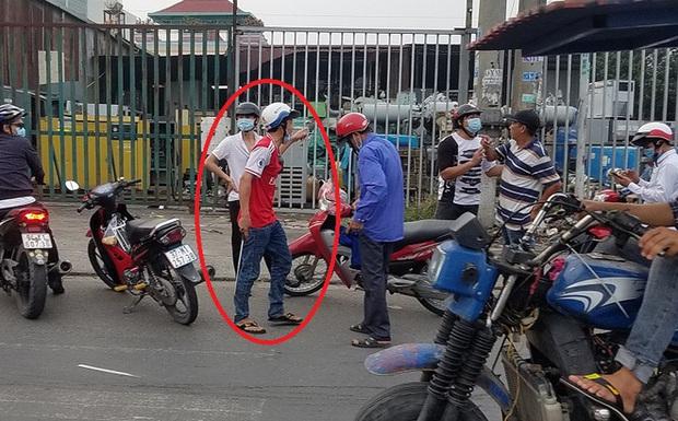Rút gậy dọa đánh người ngăn cản sau va chạm giao thông, thanh niên bị dân vây đánh túi bụi ở Sài Gòn - Ảnh 1.