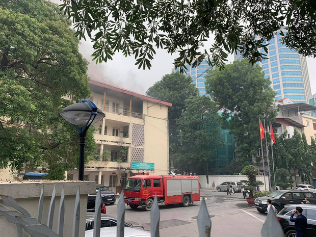 Hà Nội: Cháy tầng 4 tòa nhà nằm trong khuôn viên Bộ Xây dựng - Ảnh 1.