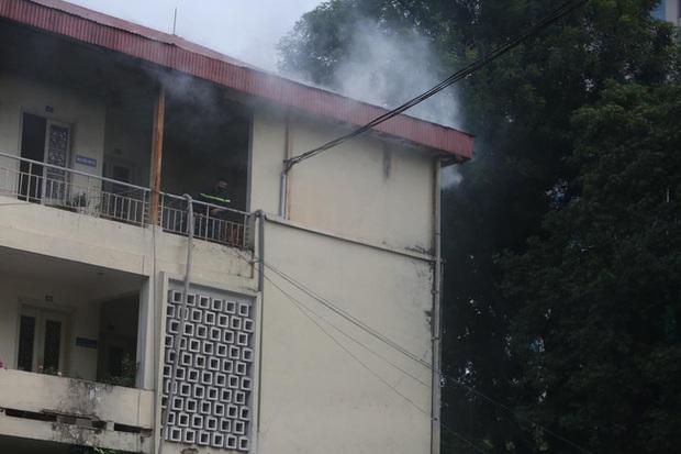 Hà Nội: Cháy tầng 4 tòa nhà nằm trong khuôn viên Bộ Xây dựng - Ảnh 2.