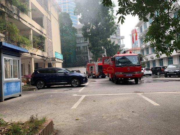 Hà Nội: Cháy tầng 4 tòa nhà nằm trong khuôn viên Bộ Xây dựng - Ảnh 3.