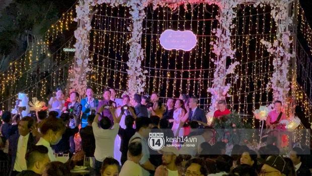 Đám cưới Quý Bình và nữ doanh nhân: Cô dâu - chú rể và dàn nghệ sĩ quẩy tưng bừng, lời hẹn ước của cặp đôi gây xúc động - Ảnh 3.