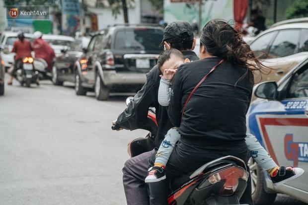 Chùm ảnh: Không khí lạnh rất mạnh tràn về, người dân Hà Nội co ro trong áo phao và những cái ôm - Ảnh 3.