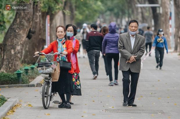 Chùm ảnh: Không khí lạnh rất mạnh tràn về, người dân Hà Nội co ro trong áo phao và những cái ôm - Ảnh 17.
